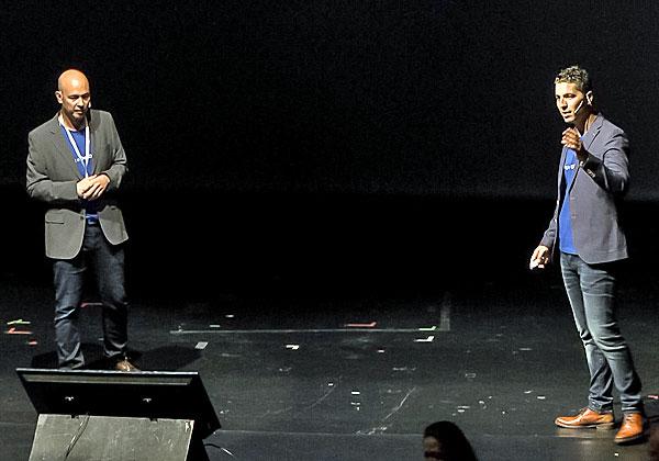 אורן קרוג ואסף קיויתי ממטריקס DevOps עורכים השוואה מעניינת בין כלי ניהול לכותש שום. צילום: אלי מנדלבאום