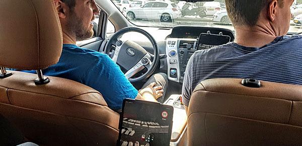 יושבים קדימה ואינם נוהגים. מימין: דימיטרי פולישוק, מוביל הפעילות האוטונומית ביאנדקס מוסקבה, וליאוניד שבלב מיאנדקס תל אביב. צילום: פלי הנמר