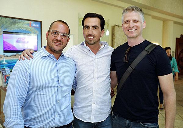 """מימין: עדן פרי, ארכיטקט פתרונות ב-AWS, אלי שקד, מנכ״ל VMware ישראל, ושלומי אביב, מנהל אזורי למכירת פתרונות NSX ב-VMware. צילום: יח""""צ"""