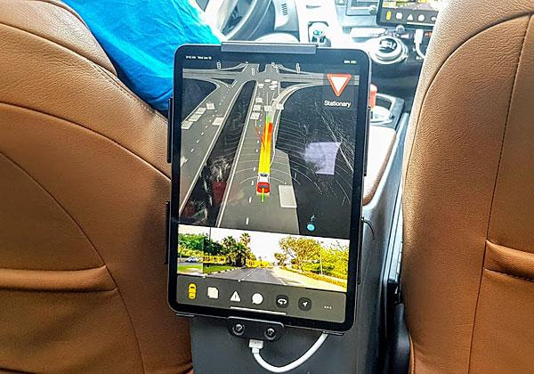 """מסך מידע לנוסעים המוסעים במכונית האוטונומית של יאנדקס, שמראה להם מה הרכב """"חושב"""" על מצב התנועה. אחרי הדקות הראשונות, הנוסע חושב: I couldn't care less. צילום: פלי הנמר"""