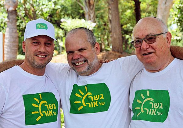 ג'וני ירום ורונן זרצקי עם מוביל פעילות העוורים בשגב שלום