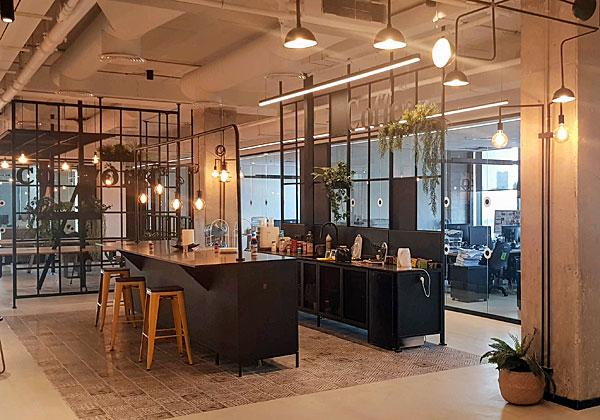 חלל משותף במשרדים החדשים של קבוצת אמן. צילום: פלי הנמר