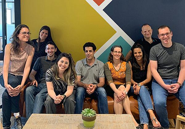"""רז בכר, מנהל מאיץ הסטארט-אפים של מיקרוסופט בישראל (במרכז), יחד עם צוות המאיץ. צילום: יח""""צ"""