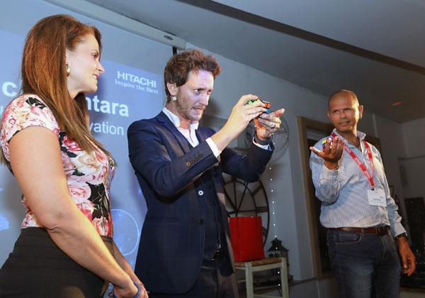 """מימין: יגאל פדאל, מנמ""""ר נשר תעשיות מלט; ליאור סושרד; ו-ורד הוכמן, מנהלת מדור תשתיות אפליקטיביות בבנק הבינלאומי. צילום: ניב קנטור"""