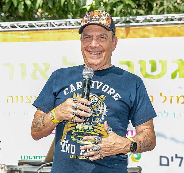 פלי הנמר, המנחה המתנדב הקבוע של אירועי גשר של אור, הנחה את האירוע גם השנה