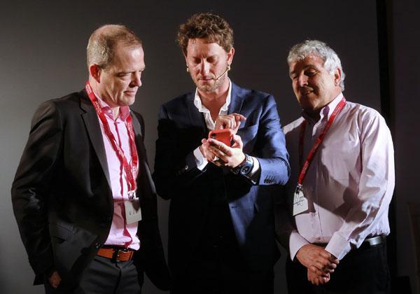 מימין: עמנואל ואזנה, יועץ בכיר ב-QCS; ליאור סושרד; ופטריק מארקי, סגן נשיא אזורי למרכז EMEA בהיטאצ'י ונטרה. צילום: ניב קנטור
