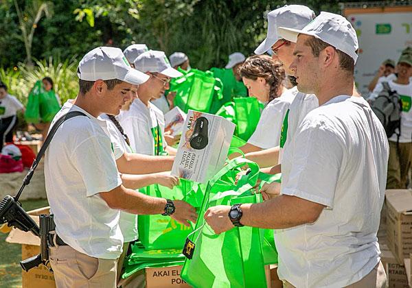 החיילים המתנדבים מארגנים את חבילות השי לחתני וכלות האירוע