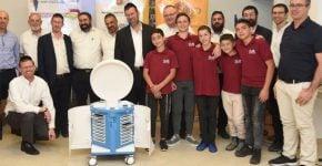 מורים, תלמידים ושותפי התכנית של קרן אתנה בעת הענקת עגלת המעבדה הניידת לקרית נוער ירושלים/ צילום: אמיר אלון