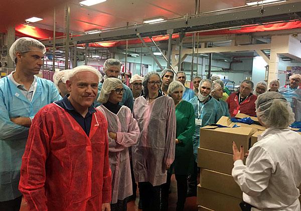 """אנשי מלם תים, סיסקו ואורחיהם בסיור במפעל של עלית בנצרת עלית. צילום: יח""""צ"""
