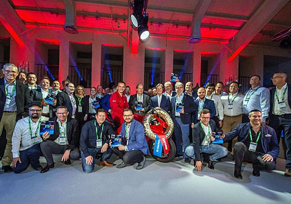 """אנשי נט-אפ והראל טכנולוגיות מידע, בהם יוסי צייגר, מנכ""""ל הראל (משמאל), במעמד קבלת הפרס. צילום: יח""""צ"""