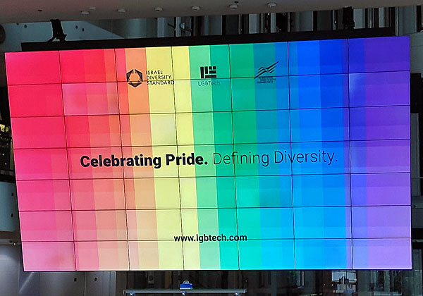 """מגוון ותמיכה בזכויות הלהט""""ב - גם למען החברות המעסיקות. שלט הכניסה לאירוע של LGBTech, הבוקר (ה') בבורסה. צילום: יניב הלפרין"""