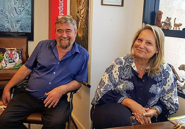 """באו לבקר במאורת הנמר: מימין - שרה הליקזר, מנהלת הפעילות של אינפור בישראל, ואלי מייזלס, מנכ""""ל אינטנטיה ישראל. צילום: פלי הנמר"""
