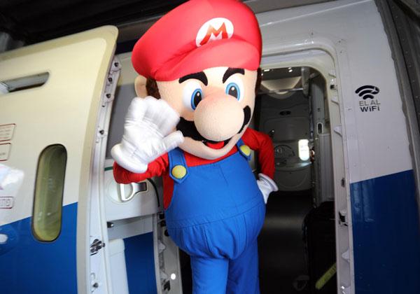 סופר מריו עולה למטוס - לקראת טיסת הגיימינג של אל על. צילום: סיון פרג'