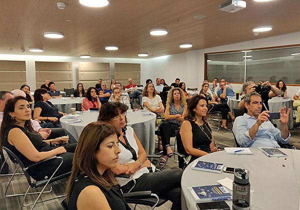 """משתתפים באירוע מאזינים להרצאות בקשב רב. צילום: יח""""צ"""