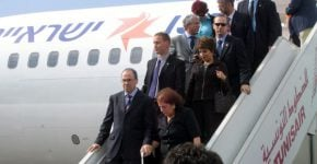 """מטוס ישראלי נוחת בפעם הראשונה בתוניסיה. בתמונה: השר סילבן שלום, רעייתו דאז, ג'ודי שלום-ניר-מוזס, אמו, מרים ז""""ל, והפמלייה. צילום: אנשים ומחשבים"""