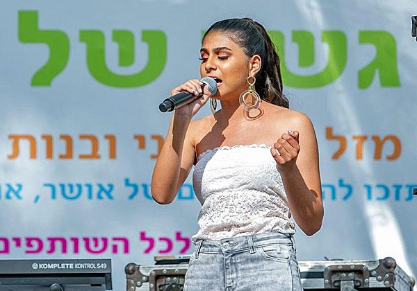 הזמרת (העיוורת) עדן טהרני בהופעה