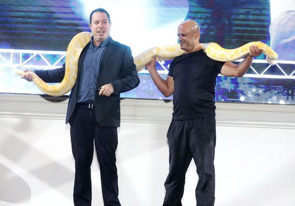 """ד""""ר ליאור צורף (משמאל) והנחש. צילום: ניב קנטור"""