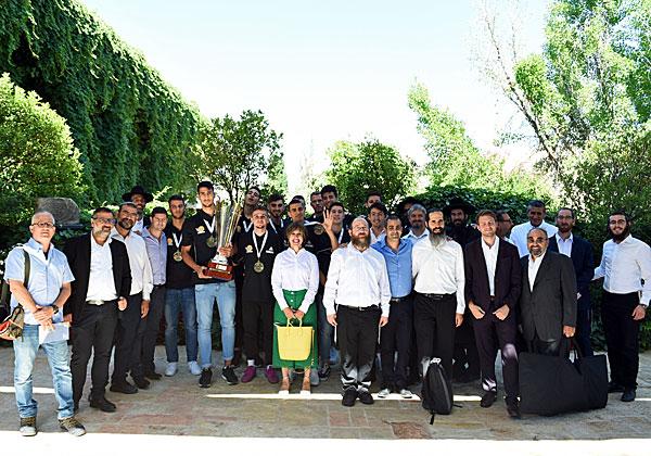 תמונה של אלופים: יזמי ההיי-טק החרדים ביחד עם שחקני נבחרת העתודה, אלופי אירופה בכדורסל. צילום: אהרל'ה קרומבה