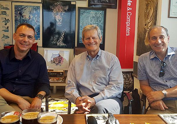 """באו לבקר במאורת הנמר: מימין - ג'ים לודסטרו, מנהל ההכנסות הראשי של אירוספייק; ג'ון דילן, מנכ""""ל החברה; ועמי אהרונוביץ', מנהל הפעילות שלה בישראל. צילום: פלי הנמר"""