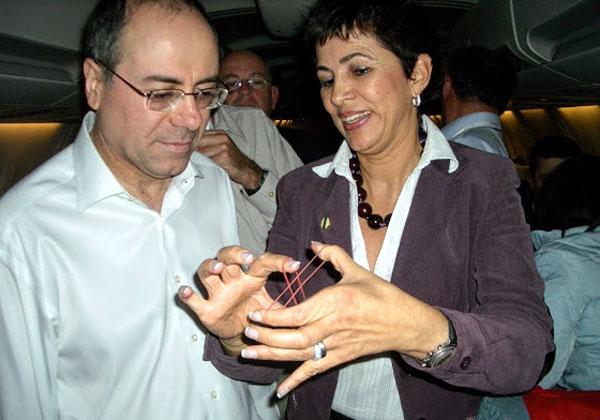 """דליה פלד, מנכ""""לית משותפת של אנשים ומחשבים, שהיא גם קוסמת מקצועית וכיהנה במשך שנים כנשיאת אגודת הקוסמים בישראל, הציגה קסם לשר סילבן שלום. השר לא הסתיר את הפתעתו. צילום: אנשים ומחשבים"""