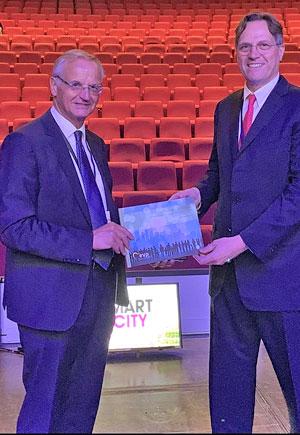 אורי בן ארי, יועץ בכיר לערים חכמות, מקבל את הספר החדש של האיחוד האירופי מלמברט ואן ניסטלרוי, סגן נשיא בכיר לחדשנות בפרלמנט האירופי. צילום פרטי