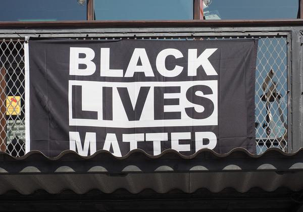 """""""חיי השחורים חשובים"""", כרזת מחאה עולמית כנגד גזענות. אילוסטרציה: BigStock"""