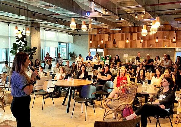 """שירי גרין אלגביש, מנכ""""לית OpenValley, ומשתתפות באירוע. צילום: יח""""צ"""