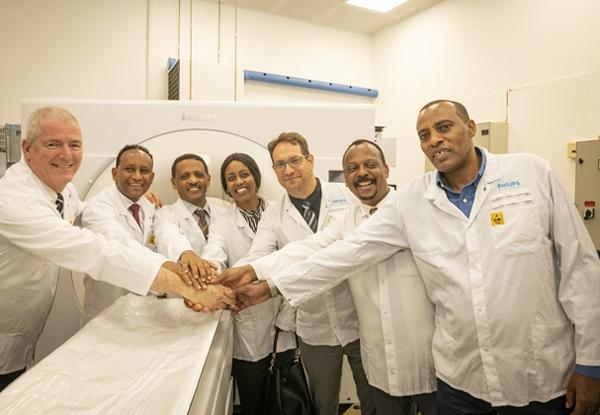 """מימין: השגריר דוואנו קדיר, ראש מטה שר החוץ האתיופי; שאמאבו פיטאמו, מנכ""""ל אגף המזרח התיכון במשרד החוץ האתיופי; אבירם סושרד, מנכ""""ל פיליפס ישראל; סלאמוויט דאוויט, מנכ""""לית הסוכנות האתיופית לקשרי חוץ; רטה אלמו נגה, שגריר אתיופיה; ג'מאל באכר, סגן השר האתיופי לחדשנות; ודורון בר-נתן, מנכ""""ל פיליפס מדיקל סיסטמס טכנולוגיות. צילום: סטודיו שלמה שוהם"""