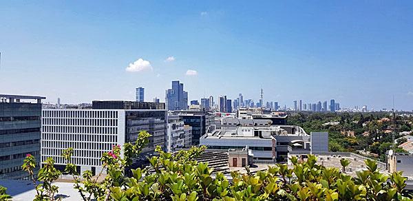 נצפה מהגג הענק, מעל לקומה השישית בבניינה של אלעד מערכות, הנוף של קו הרקיע של תל אביב והסביבה. צילום: פלי הנמר