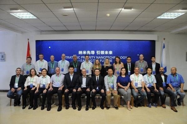 חברי המשלחת הישראלית לצד נציגי מכון הננו הסיני במעמד החתימה. צילום: טיאן מיי