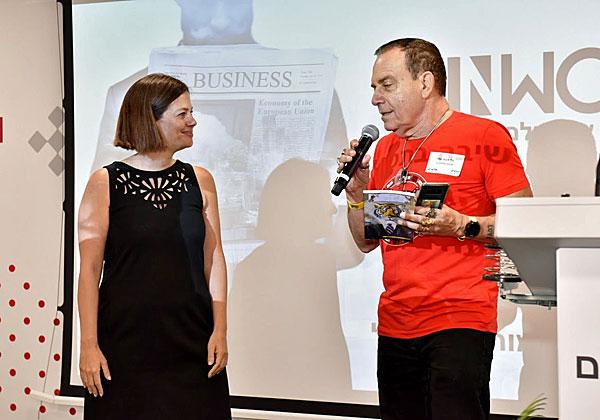 """יעל דרומי, חברת הנהלת בנק הפועלים, עלתה על הבמה כדי לברך את מיזם WinWork בכנס ההשקה. צילום: יח""""צ"""