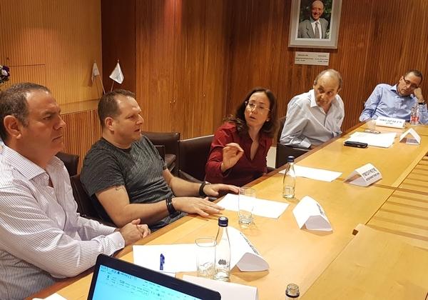 """משמאל: ד''ר נמרוד קוזלובסקי, שותף וראש מחלקת טכנולוגיה ורגולציה, הרצוג פוקס נאמן, ברב שיח """"היי-טק 2020: קפיצת המדרגה הבאה"""". צילום: פלי הנמר"""