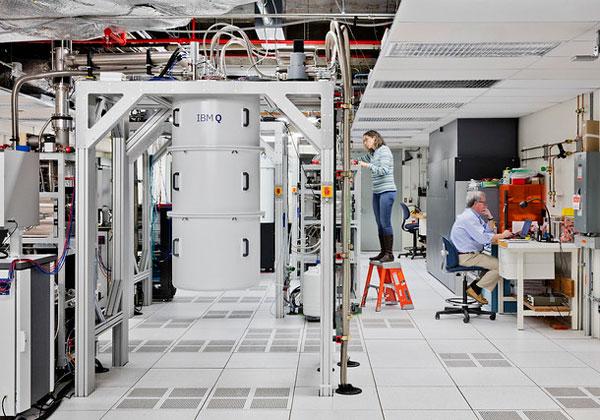 """חוקרת ב-IBM Research במעבדה. צילום: יח""""צ"""