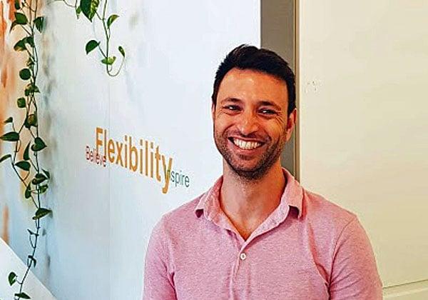 יהודה נעים, מנהל אגף הדיגיטל של אלעד, בפינת החדשנות של החברה. צילום: פלי הנמר