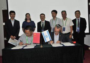 חברי המשלחת הישראלית לצד נציגי מכון הננו הסיני, ופרופ' פיקסלר לצד פרופ' יוליאנג זאו, במעמד החתימה. צילום: טיאן מיי
