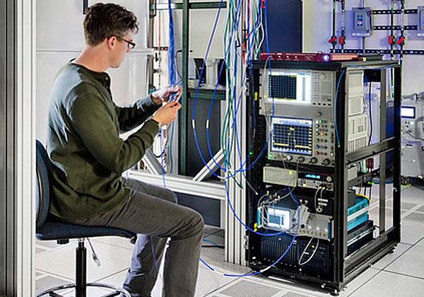 """חוקר במעבדת מחקר של יבמ עובד על IBM Q Experience. צילום: יח""""צ"""