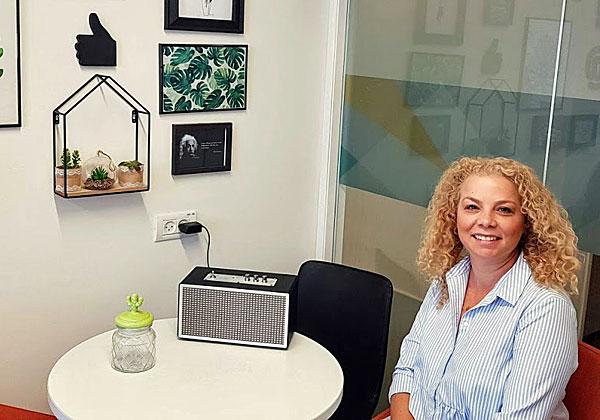 """במשרדה החדש: שירי טסמן שרעבי, סמנכ""""לית השיווק של אלעד. את הקיר עיצבה בתה המעצבת. צילום: פלי הנמר"""