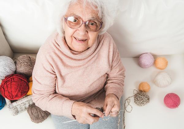 סבתא סורגת? זהירות, בינה מלאכותית מאחורייך. צילום: BigStock