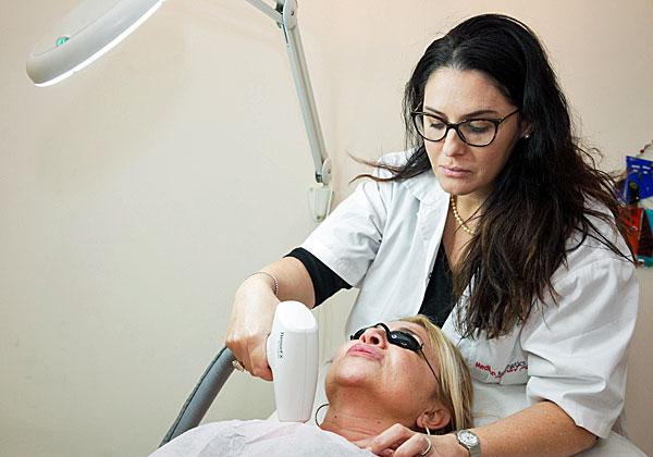 """טיפול בטכנולוגיית ה-ResureFX של לומניס במרפאה של פרופ' אייל גור. צילום: יח""""צ"""