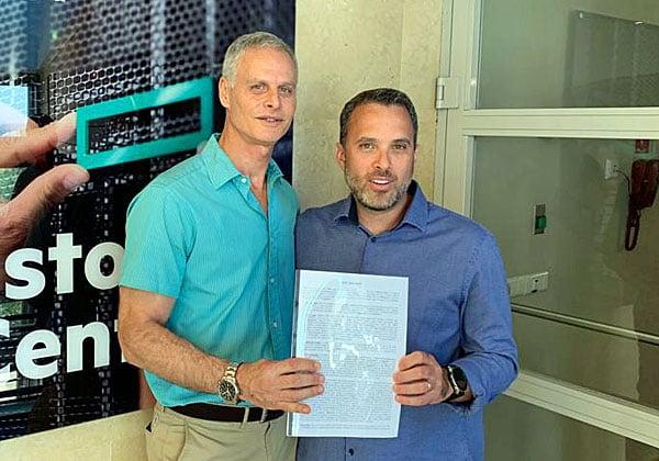 """מימין, אורי ברגמן, מנכ""""ל HPE ישראל, ורוני שדה, מנכ""""ל MedOne, בטקס החתימה על ההסכם. צילום: יח""""צ"""