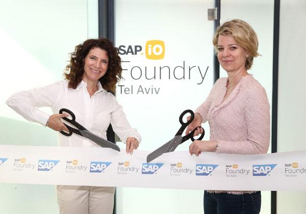 """מימין: אלכסה גורמן, מנהלת תכנית SAP.io Foundry ב-EMEA, ואורנה קליינמן, מנכ""""לית מרכז הפיתוח של סאפ בישראל, משיקות את התכנית בתל אביב. צילום: אמיר לוי"""