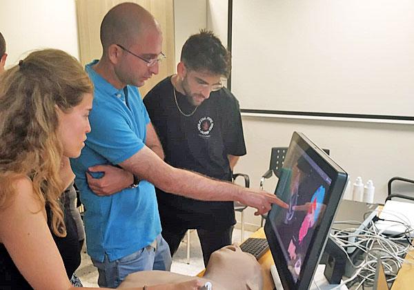 """ד""""ר דני אפשטיין מבית החולים רמב""""ם מסביר לסטודנטים על המערכת. צילום: 3D Systems"""