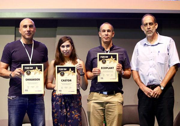 עם הזוכים במקום הראשון מאקו-פלנט. מימין: אילן אלתר, דורון פורת, כליל אוליאל, ארז אהרונוב. צילום: ניב קנטור