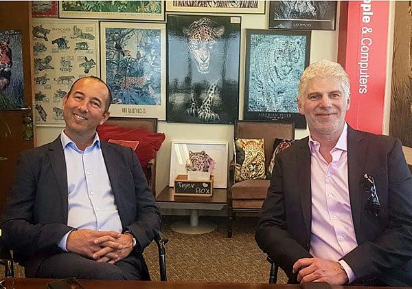 """באו לבקר במאורת הנמר: מימין - טום אקסבי, לשעבר מנכ""""ל CloudHealth וכיום סגן נשיא ב-VMware, ויואב וילדר, מנהל פעילות CloudHealth בישראל. צילום: פלי הנמר"""