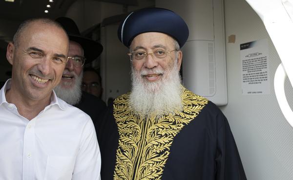 """מימין: הרב הראשי לירושלים, הראשון לציון, הרב שלמה משה עמאר יחד עם מנכ""""ל אל על גונן אוסישקין. צילום: עופר חג'יוב"""