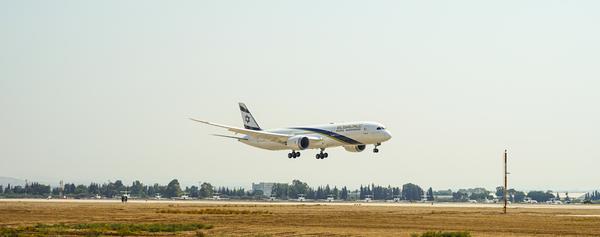 """מטוס הדרימליינר """"ירושלים של זהב"""" לקראת הנחיתה בנתב""""ג. צילום: עופר חג'יוב"""