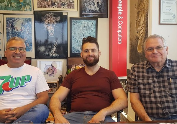 מימין: יוסי הראל, מנהל המכירות והשיווק, אנדרי טרושקין ויניב קדוש, בעלים ומנהלים משותפים, חברת בוזונט. צילום: פלי הנמר