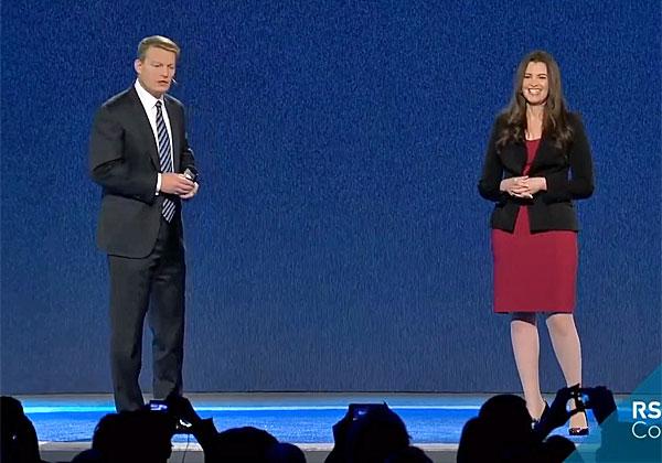 """קווין מנדיה, מנכ""""ל פייראיי, מראיין בכנס RSA את סנדרה ג'ויס, ראשת מערך המודיעין של החברה. צילום מסך"""