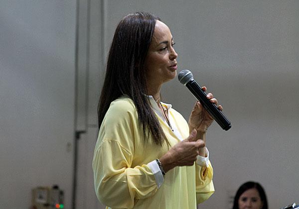 שרון אילון, מנהלת שיתופי פעולה וגיוס משאבים בגדולים מהחיים ומנחת האירוע. צילום: גילי חנוך