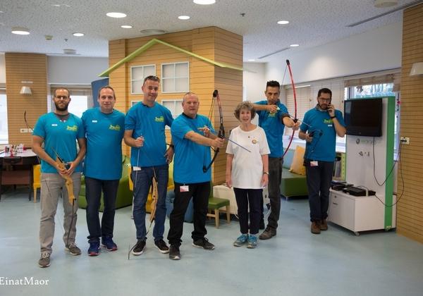 עמותת קשת המשאלות וצוות המיחשוב של קבוצת כנס בפעילות ההתנדבותית בבית החולים דנה. צילום: עינת מאור